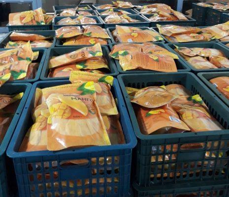 Dried mango packing